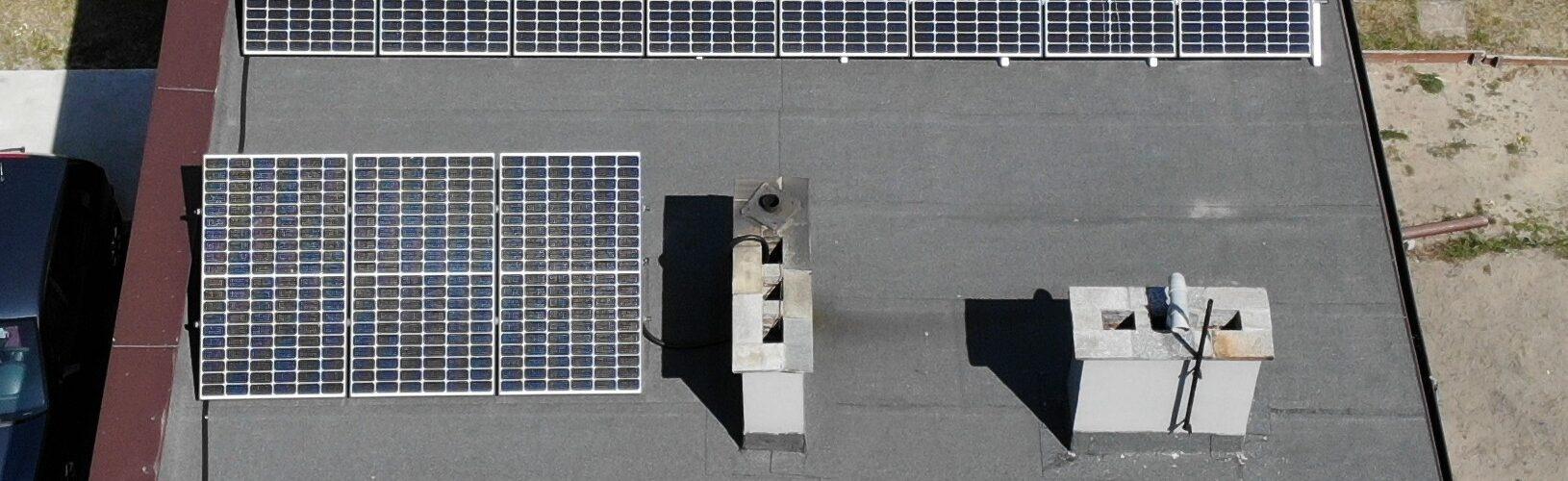 panele PV na dachu płaskim