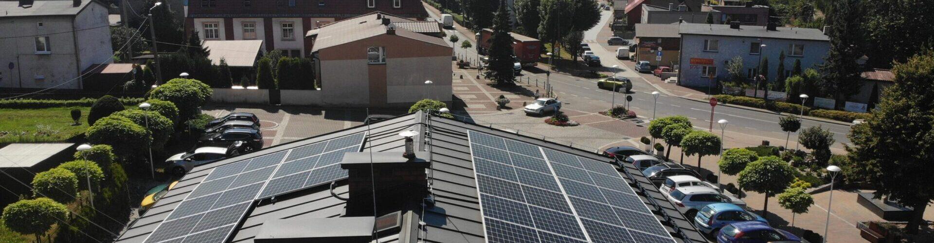 Panele fotowoltaiczne na dachu krytym rąbkiem